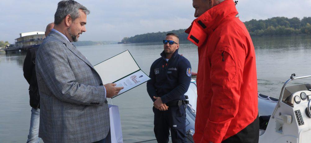 Polgármesteri elismerés kollégánknak, aki kilenc éve a hajós járőrszolgálat tagja